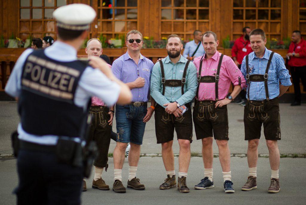 Ein Polizist fotografiert am 23.09.2016 beim 171. Cannstatter Volksfest auf dem Cannstatter Wasen in Stuttgart (Baden-Württemberg) eine Gruppe von Besuchern. Foto: Christoph Schmidt/dpa